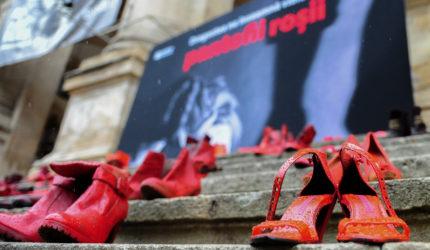 """Prin proiectul """"Dragostea poartă Pantofii roșii"""", Fundația Mereu Aproape luptă contra violenței împotriva femeilor"""