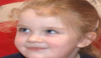 Teodora, fetița cu ochi albaștri are iar nevoie de noi. Boala rară trebuie învinsă!
