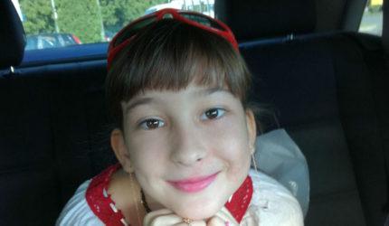 Alexandra suferă de un sindrom extrem de rar şi trebuie să ajungă urgent în Turcia.