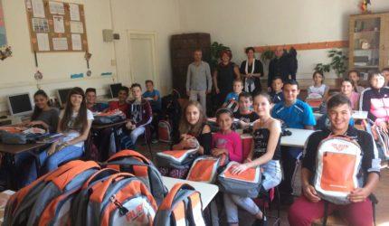 """Prin campania """"Lăsați-mă să învăț"""" 2.400 de elevi din 22 de județe din România au început școala  cu ghiozdane complet echipate"""