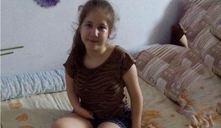 Elevă de zece, Alexandra a venit pe lume cu mâinile și picioarele deformate de mai multe boli. Are nevoie de sprijin
