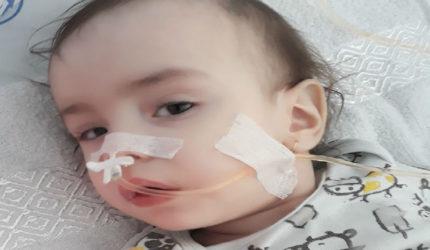 Natalia, fetița cu trupul măcinat de convulsii si plâns. Ea suferă de encefalită autoimună