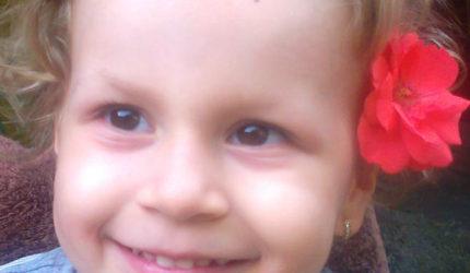 Ana Maria are dipareză spastică și e dependentă de părinți și de scaunul cu rotile.