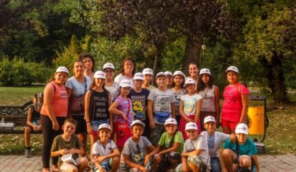 """47 de copii au mers în prima excursie din viața lor, în capitală,  prin proiectul """"Ne plimbăm și învățăm"""""""