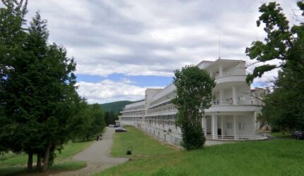 Prima Grădină Terapeutică amenajată în curtea unui spital de boli pulmonare și respiratorii din România, la Centrul de recuperare post-Covid de la Runcu