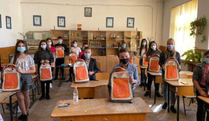 Fundația Mereu Aproape și RURIS luptă împotriva abandonului școlar: 5.000 de elevi din 44 de școli din toate regiunile țării au primit ghiozdane complet echipate pentru noul an școlar